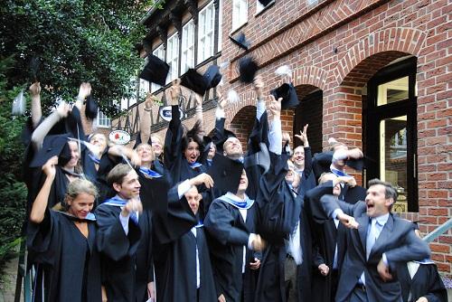 Absolventen feiern mit fliegenden Hüten - CSM MBA Sustainability Management
