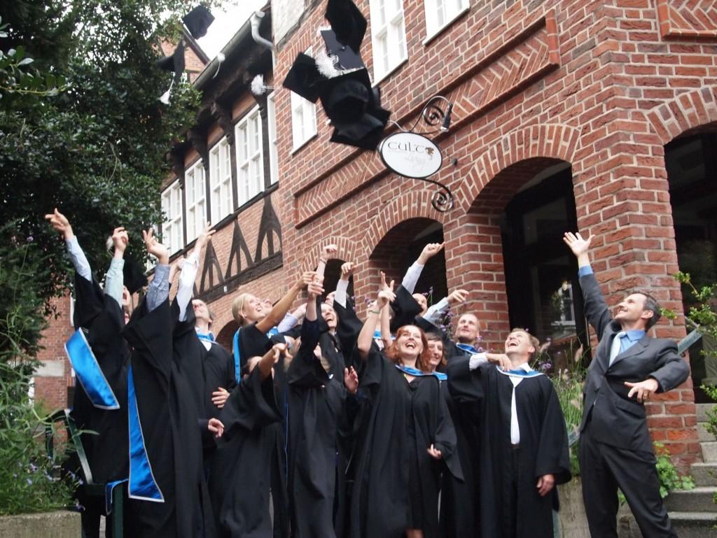 Mit fliegenden Hüten: MBA-Absolventen feiern Abschluss | MBA ...