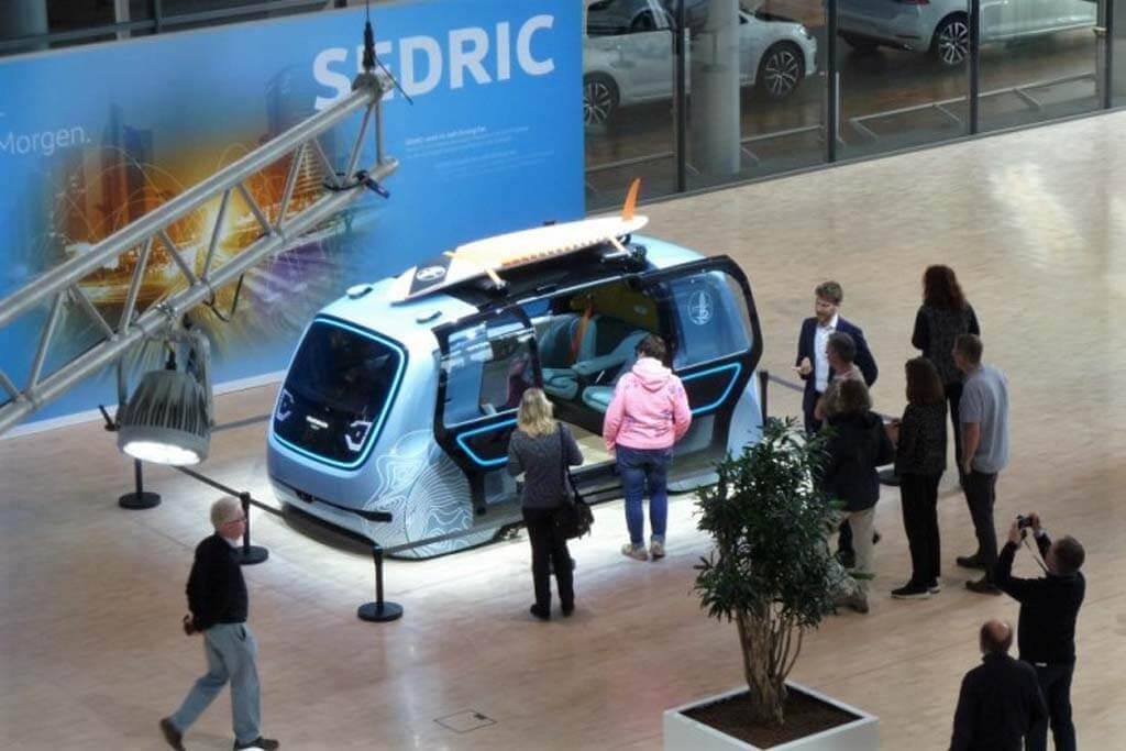 """Futuristischer Prototyp """"SEDRIC"""" bei der Führung durch die VW-Manufaktur."""