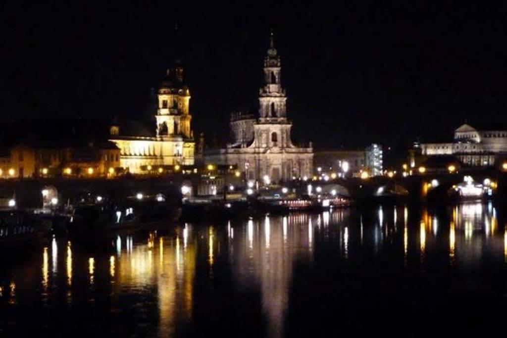 Nächtlicher Blick auf die Dresdner Altstadt.