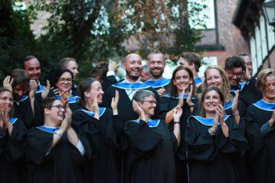 Absolvent*innen 2019 klatschen in die Hände