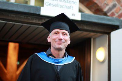 Absolvent des MBAs 2019 lächelt in die Kamera