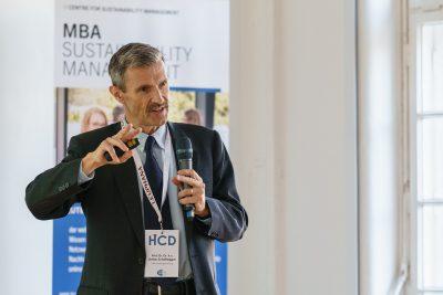 MBA-Studiengangsleiter Prof. Dr. Dr. h.c. Stefan Schaltegger am Mikrofon