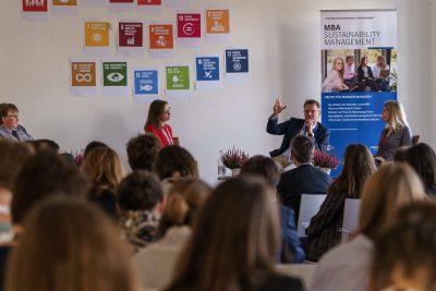Diskussionsrunde zu SDGs im Nachhaltigkeitsmanagement von Unternehmen