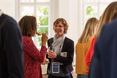Teilnehmer*innen der Fachkonferenz im Gespräch