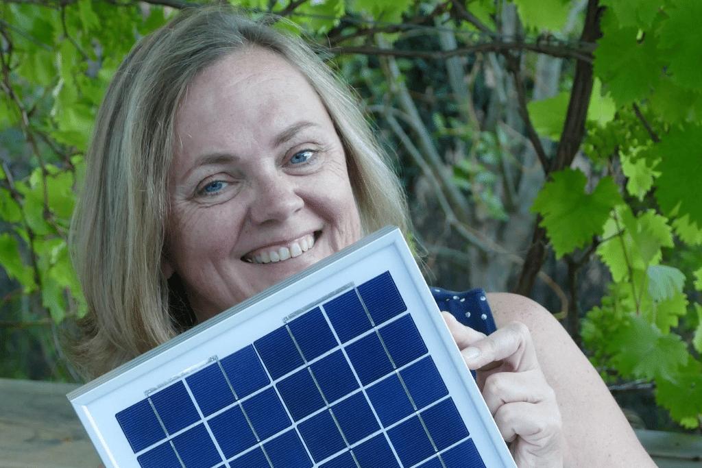MBA Sustainability Alumna Katharina Habersbrunner mit Solarpanel