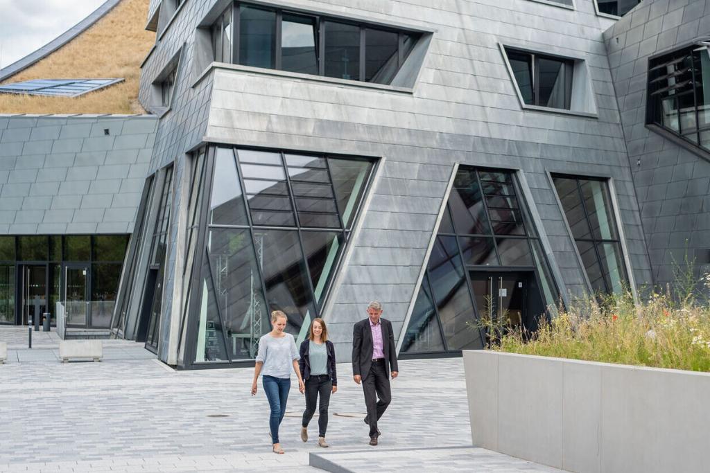 Studierende des MBA Sustainaility Management vor dem Libeskind-Gebäude