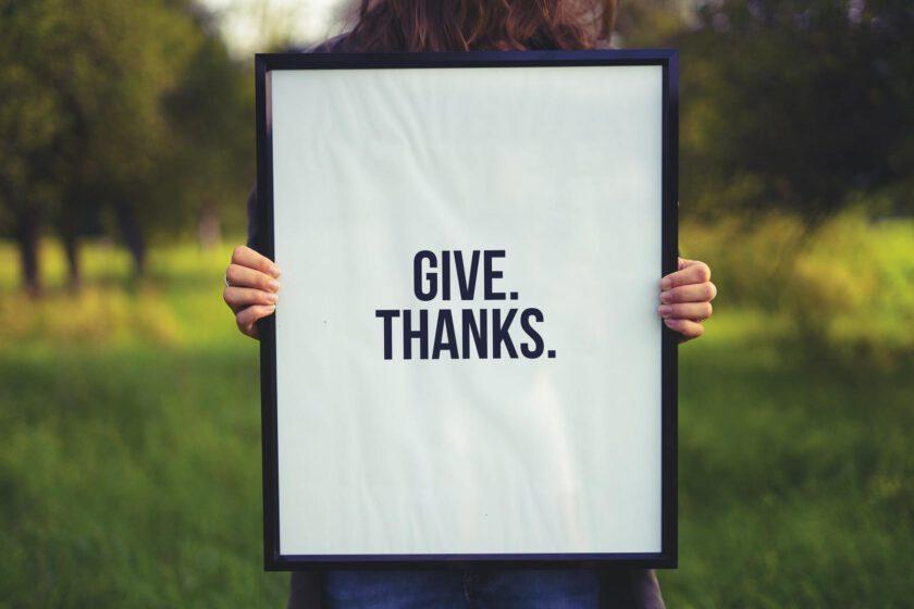 Symbolisches Bild zum Booklet Digitale Empathie Schriftzug Give Thank